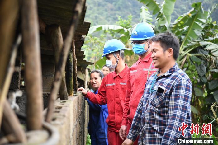 3月18日,南方电网广西新电力集团那坡分公司到陆文红、马金梅夫妻的养猪场了解用电需求,开展安全供电服务。 岳浩 摄