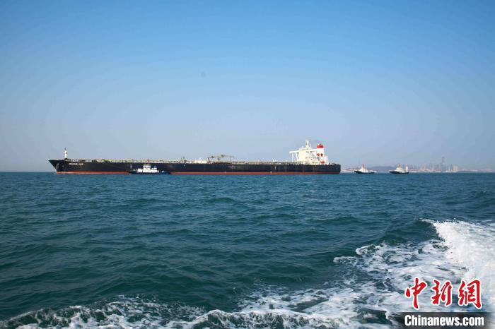 """载运中东原油的超大型油轮""""优益""""轮抵达青岛。 马桂山 摄"""
