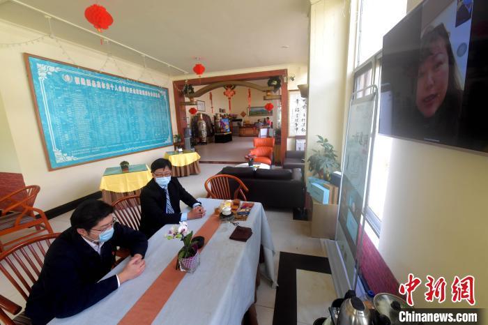 图为国网连江供电公司工作人员通过网上连线仍然身处台湾的福州温泉高尔夫球场负责人,宣传阶段性降低用电成本的惠企政策。 记者 张斌 摄