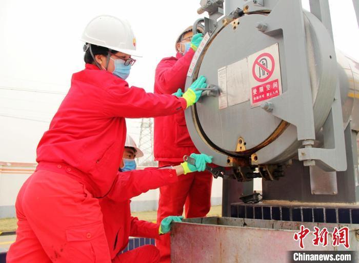 图为基层输油站员工对管道收发球装置进行维护保养。 石建强 摄
