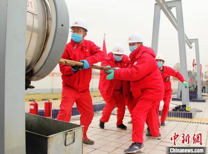 图为基层输油站员工将清管器装至管道发球筒,发送至下游输油站。 石建强 摄