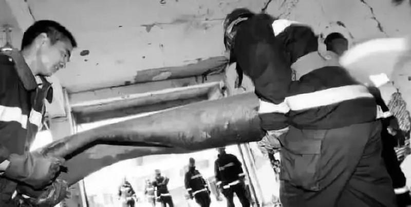 消防官兵抬出已炸得变形的氧气瓶